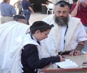 Puzzle de Muchacho estudiando junto con su maestro, ambos con la kipá, pequeña gorra ritual