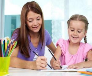 Puzzle de Niña jugando a pintar con su madre