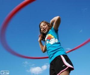 Puzzle de Niña jugando con el hula-hula, haciendo girar el hula hoop con la cintura