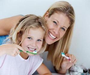 Puzzle de Niña lavándose los dientes, una práctica esencial para la salud dental