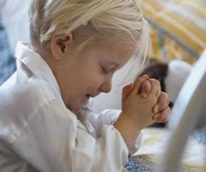 Puzzle de Niña rezando con las manos en oración