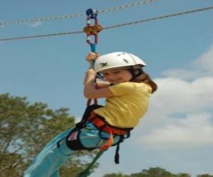 Puzzle de Niña aventurera saltando con una cuerda y un arnés