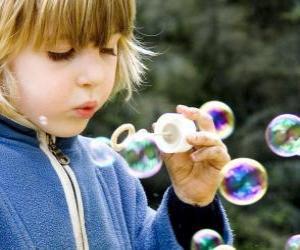 Puzzle de Niña jugando a hacer pompas de jabón o burbujas