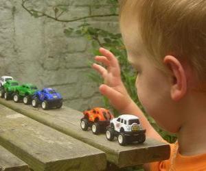 Puzzle de Niño jugando con coches de juguete