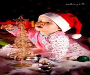 Puzzle de Niño jugando con el arbol de Navidad