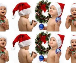 Puzzle de Niños con el gorro de Papá Noel y jugando con adornos navideños