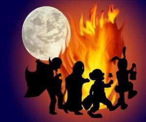 Puzzle de niños disfrazados bailando junto al fuego