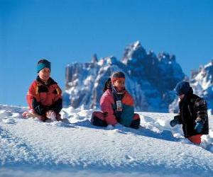 Puzzle de Niños disfrutando de las vacaciones de Navidad, estan jugando en la nieve