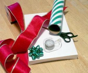 Puzzle de Obsequios de Navidad, con la cinta decorativa y las tijeras