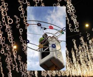 Puzzle de operario colocando las luces ornamentales de Navidad