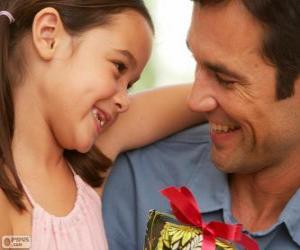 Puzzle de Padre con su hija mientras le da el regalo