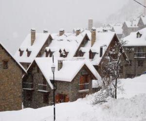 Puzzle de Paisaje de pequeño pueblo de montaña nevado