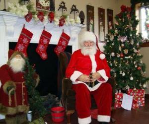 Puzzle de Papá Noel sentado delante del hogar del fuego o chimenea