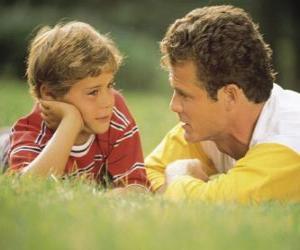 Puzzle de Papá hablando con su hijo en el parque