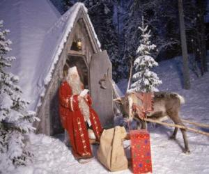 Puzzle de Papá Noel en la puerta de su casa junto a un reno y regalos