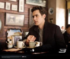 Puzzle de Peter Parker, sentado pensativo en una cafetría de Nueva York