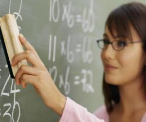 Puzzle de Profesora o maestra explicando la lección en la pizarra