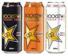 Tres latas de bebida como refrescos con gas o cerveza