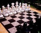 Tablero de ajedrez con todas las piezas colocadas para empezar la partida
