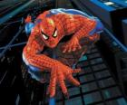 Spiderman escalando un edificio con su superpoder de adherirse a casi todas las superfícies