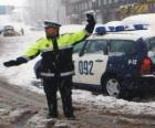 Agente de policía parando el tráfico