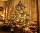 Árbol de Navidad adornado con estrellas, bolas de colores y bastoncitos de caramelo