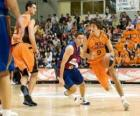 Jugando un partido de baloncesto