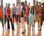 El cantante Shane Gray (Joe Jonas) dando una clase de baile
