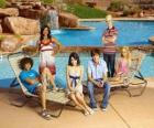 Chad (Corbin Bleu), Taylor (Monique Coleman), Gabriella Montez (Vanessa Hudgens), Troy Bolton (Zac Efron), Ryan Evans (Lucas Grabeel), Sharpay Evans (Ashley Tisdale) al lado de la piscina