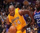 Kobe Bryant jugando un partido de baloncesto
