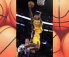 Kobe Bryant realizando un mate