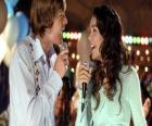 Gabriella Montez (Vanessa Hudgens), Troy Bolton (Zac Efron) cantando en el karaoke