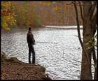 Pesca - Pescador de río en acción en un paisaje boscoso