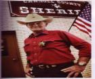 Viejo sheriff con el sombrero de cowboy y la estrella en el pecho
