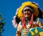 Cara del jefe indio con las pinturas de guerra y las plumas en la cabeza