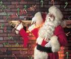 Papá Noel o Santa Claus colocando regalos en los calcetines colgados