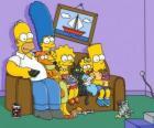 La familia Simpson en el sofá de casa