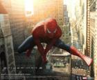 El superhéroe Spiderman saltando entre los edificios de la ciudad balanceándose con su tela de araña