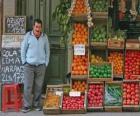 Vendedor de frutas y verduras, verdulero o frutero, en su parada o tienda
