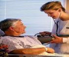 Doctora o médica explorando a un paciente