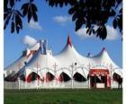 Vista del exterior de las carpas de un circo preparado para la función o espectáculo