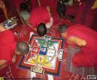 Tres monjes trabajando en la elaboración de un mandala