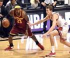 Lebron James jugando un partido de baloncesto