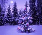 Abetos de Navidad en un paisaje nevado y con la luna en el cielo
