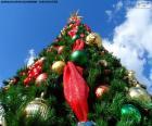 Árbol de Navidad con bolas y estrellas y con una gran estrella iluminada en lo alto