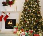 Hogar en Navidad con los calcetines colgados y con los adornos navideños
