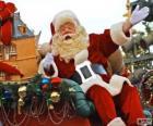 Papá Noel saludando con la mano desde el trineo mágico cargado de regalos