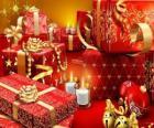Regalos de Navidad iluminados con una vela en Nochebuena