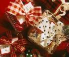 Regalos de Navidad adornados con lazos