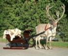 Un reno navideño tirando de un trineo